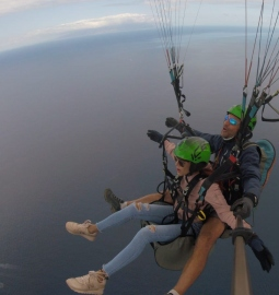 Enjoy the sensation of free flight with a paragliding experience