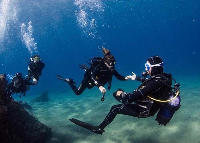 Experimente la sensación de respirar bajo el agua con un bautizo de buceo en Lanzarote
