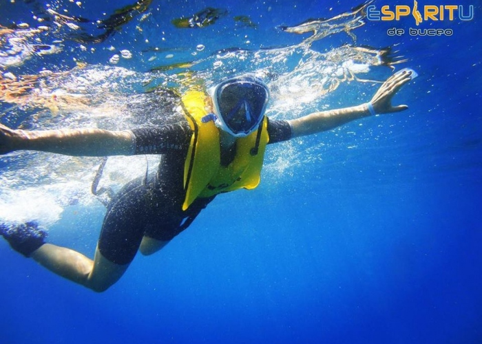 Flota libremente en el agua con snorkel de cara completa