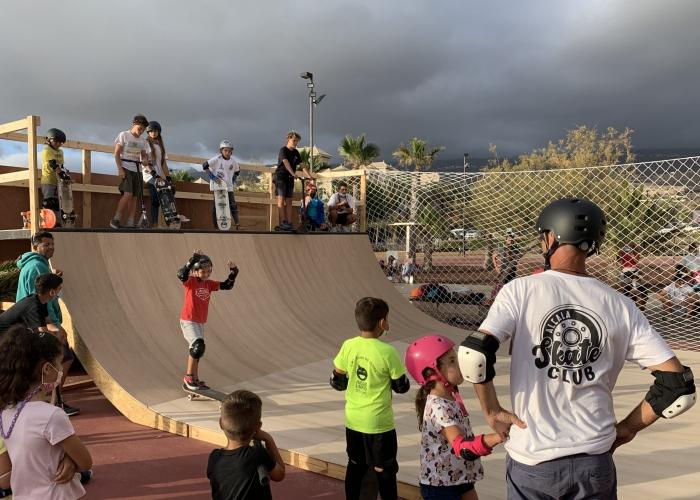 Iniciación de Skate al aire libre al lado del mar