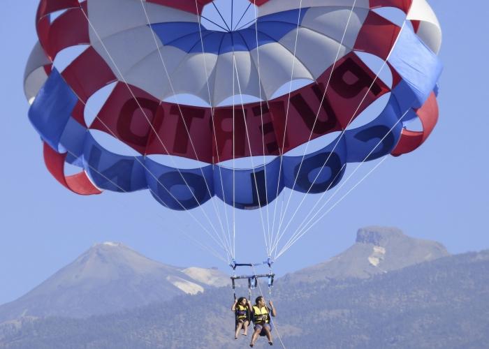 Siente la libertad y vuele sobre el océano con una sesión de parasailing
