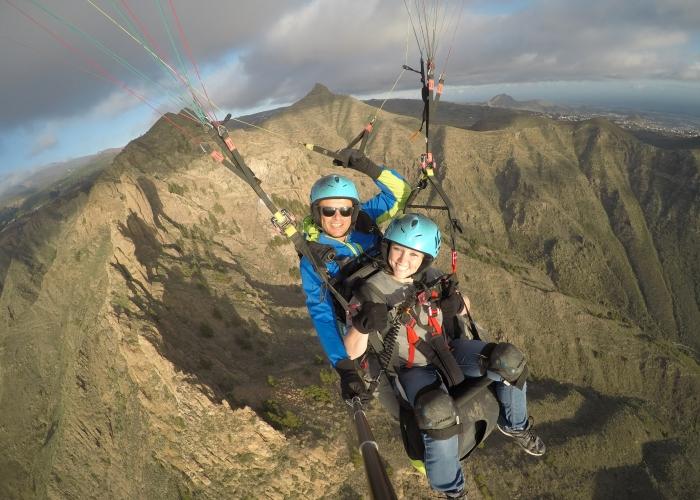 Vuela sobre la costa impresionante del sur de Tenerife en un parapente biplaza